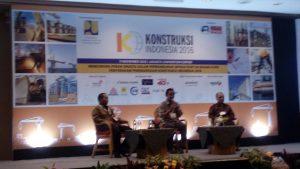 Darda Daraba (kiri) dan Lazuardi Nurdin (kanan) mengapit moderator saat memberikan materi diskusi di JCC Senayan, Jakarta (foto : Nur Terbit)