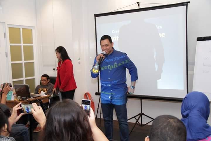 Mas Reza, GM Morrissey Hotel sedang menjelaskan fasilitas dan agenda hotel (foto Nur Terbit)