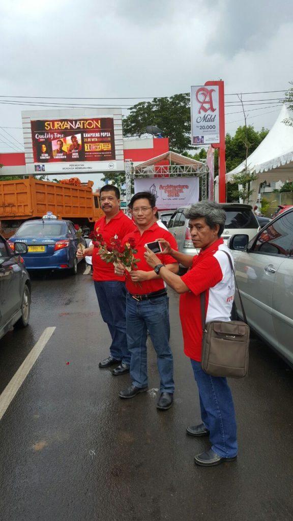 HARI ANTI KORUPSI dengan bagi-bagi bunga mawar kepada pengendara sepanjang Jl Penghibur, Pantai Losari, Kota Makassar (dok Nur Terbit)