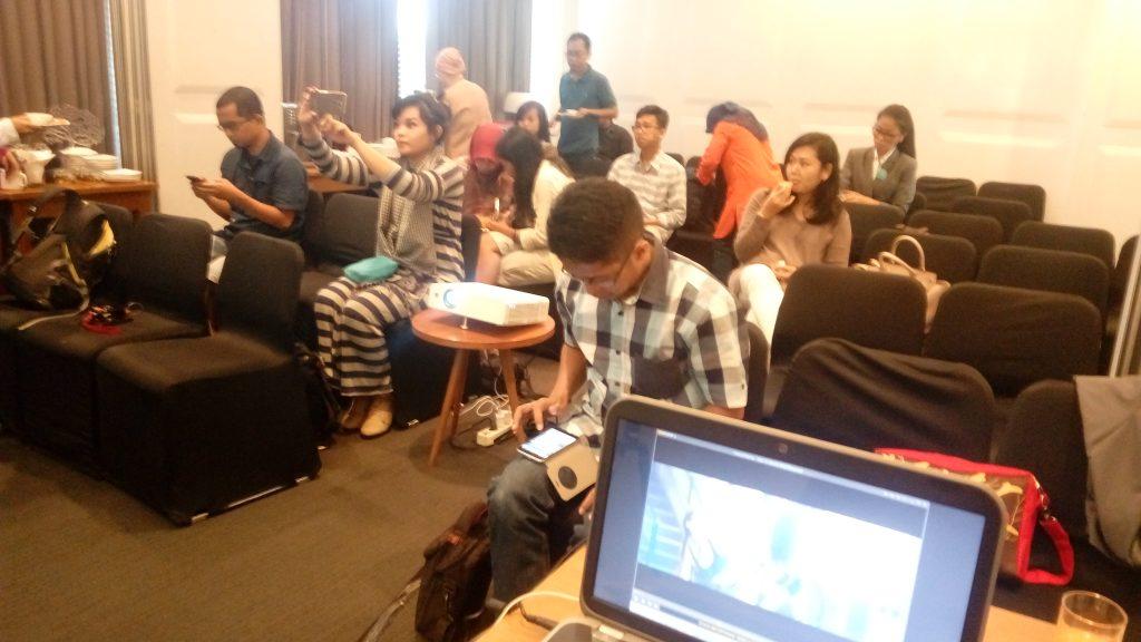 Peserta pelatihan video blogging dengan instruktur Mas Teguh Sudarisn (foto Nur Terbit)