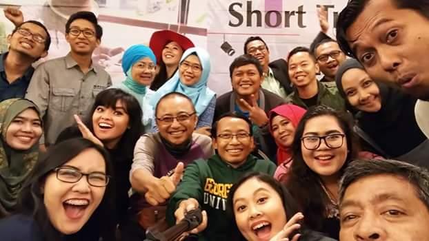 Peserta pelatihan membuat video perjalanan bersama instruktur Mas Teguh Sudarisman dan Kang Dudi Iskandar (foto Nur Terbit)
