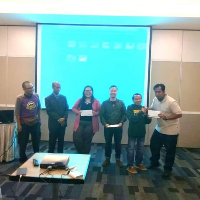 Peserta yang videonya terpilih sebagai yang terbaik di acara pelatihan membuat video perjalanan bersama instruktur Mas Teguh Sudarisman dan Kang Dudi Iskandar (foto Nur Terbit)