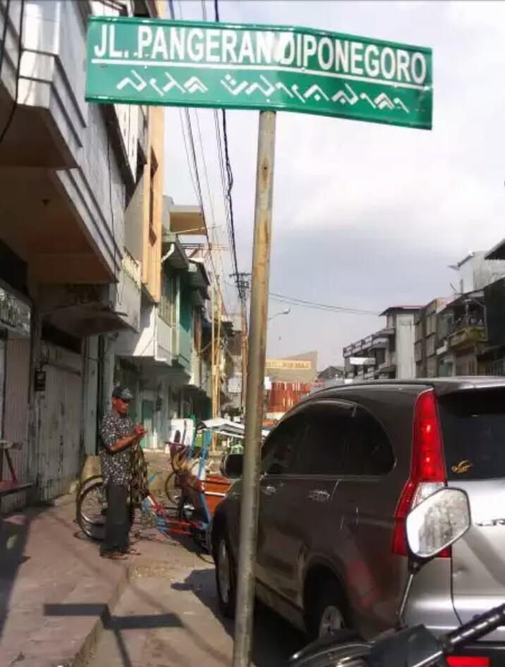PANGERAN DIPONEGORO diabadikan untuk nama jalan di Kota Makassar, sekaligus lokasi makam berada (foto : Nur Terbit)