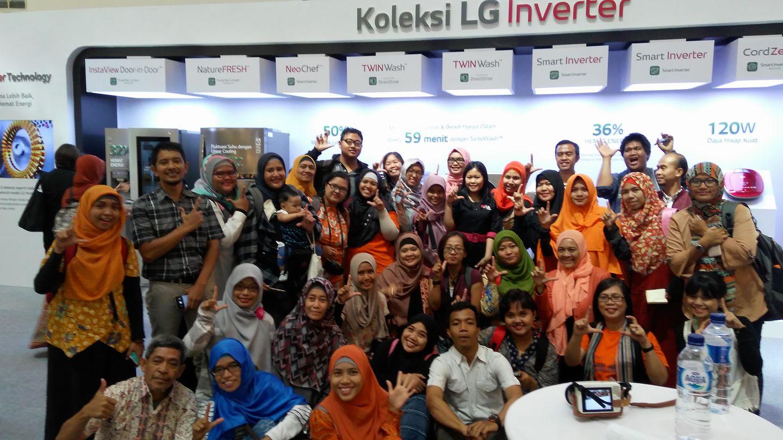 Anggota komunitas blogger foto bersama usai acara launching kulkas LG di Atrium Senayan City Mal, Jakarta, Jumat 21 Juli 2017 (foto Nur Terbit)