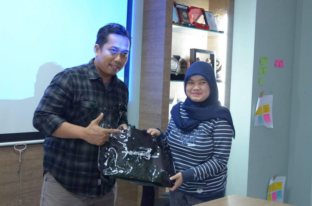 Kang Arul terima souvenir sebagai pembicara (foto Blogdetik)