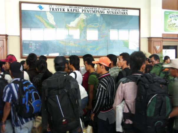 Calon penumpang sementara berbaris, antre mau naik ke kapal (foto : Nur Terbit)