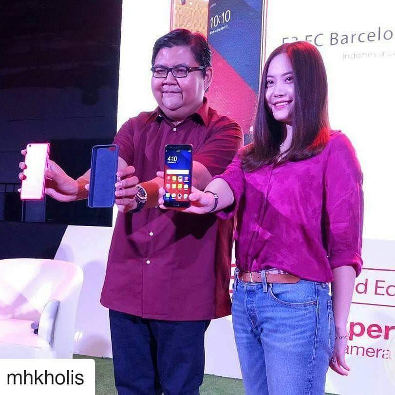Aryo Meidianto, Media Engagement Officer Oppo Indonesia bersama Brand Oppo Indonesia