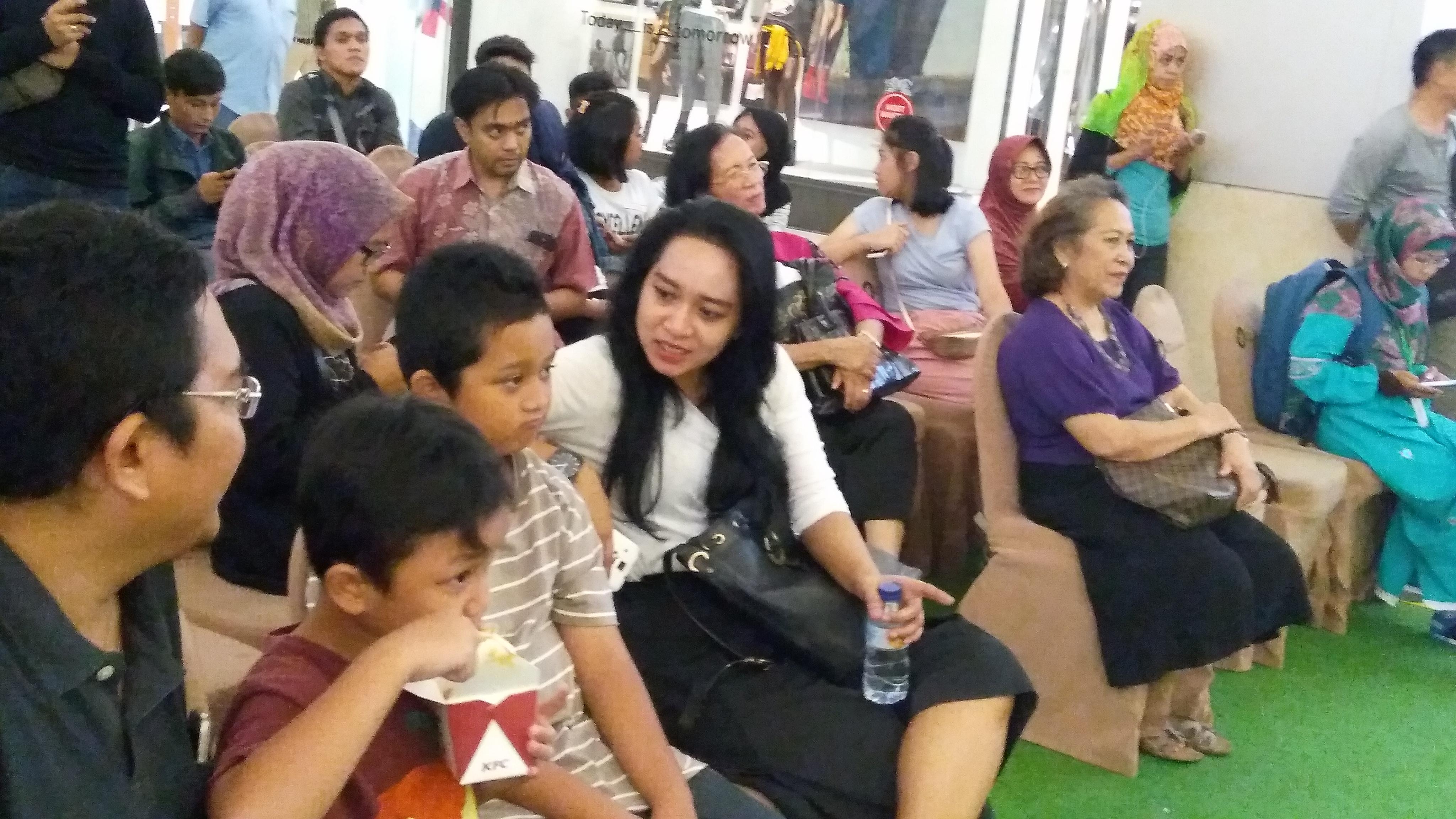 Zahran bersama keluarganya datang ke pameran pendidikan ini.(foto.: Nur Terbit)