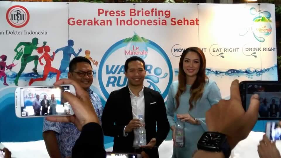 Dari kiri ke kanan – dr Ulul Albab SpOG (representatif dari Ikatan Dokter Indonesia), Febri Hutama (Marketing Manager RTD Coffee & Water PT Mayora Indah Tbk) dan Reisa Broto Asmoro (Brand Ambassador Le Minerale) -- foto Nur Terbit
