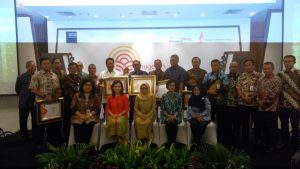 Para pengelolan pasar saat menerima Anugerah Pancawarna bagi pasar rakyat di Kementerian Perdagangan Jakarta (foto dok pribadi Nur Terbit)