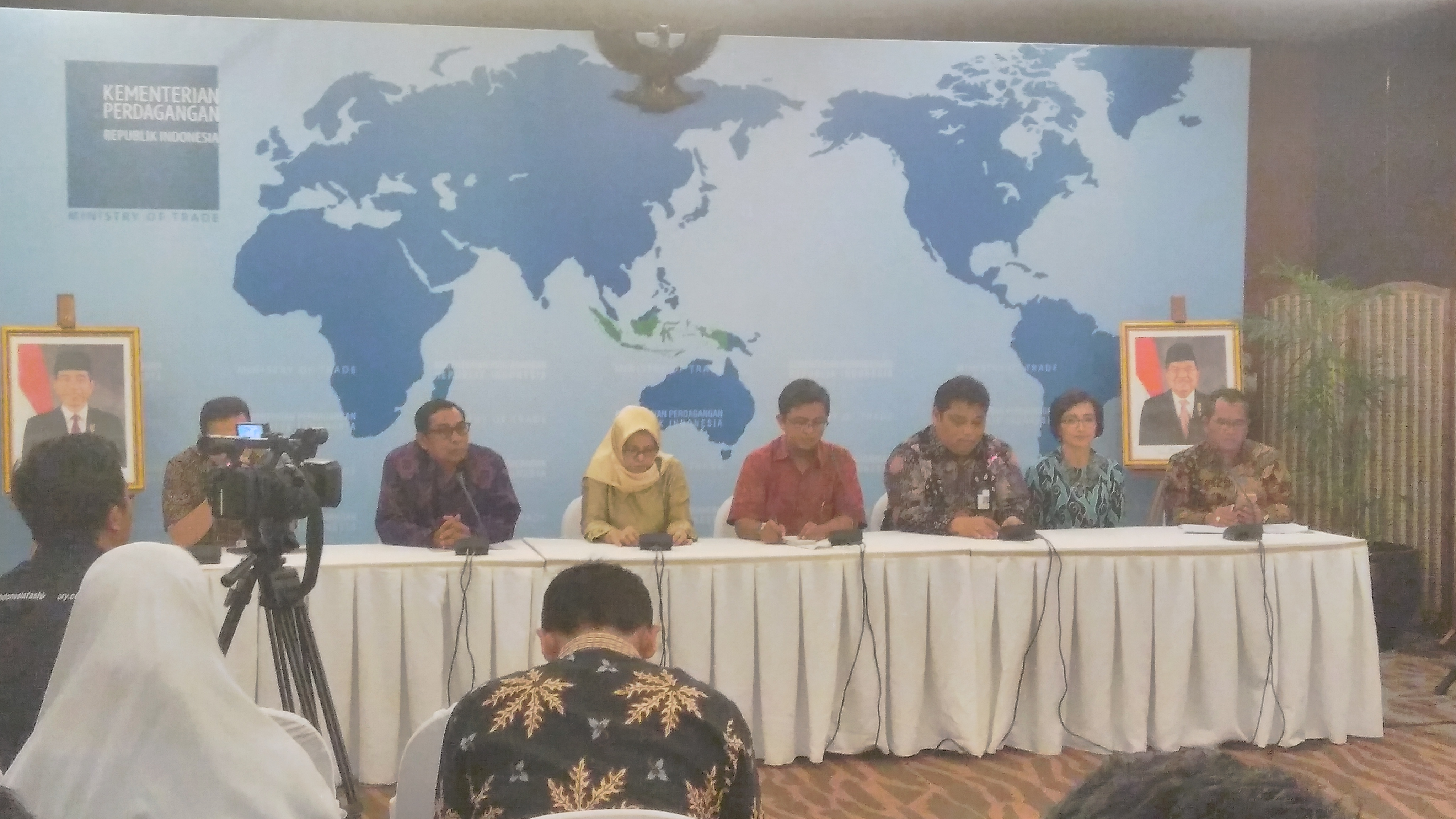 Berbagi pengalaman di depan wartawan dan blogger cara pengelolan pasar yang menerima Anugerah Pancawarna bagi pasar rakyat di Kementerian Perdagangan Jakarta (foto dok pribadi Nur Terbit)