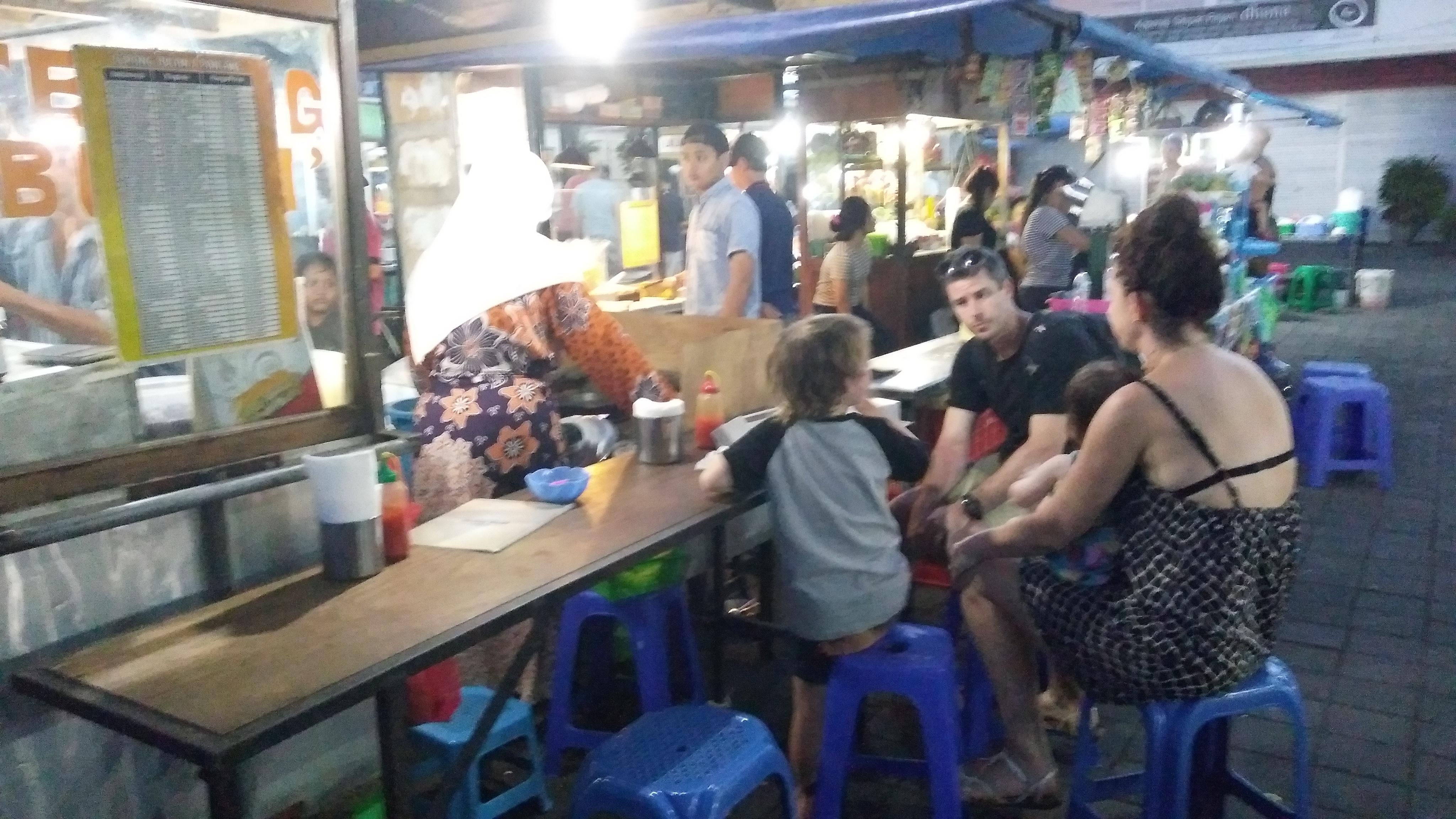 Suasana malam hari di Pasar Shindu, Sanur, Denpasar, Bali. Pengunjungnya rata-rata orang bule (foto dok pribadi Nur Terbit)