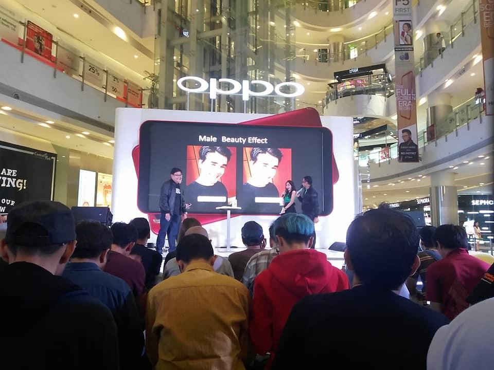 Fasilitas Full Screen FHD+ memungkinkan pengguna OPPO F5 lebih puas karena layar cukup lebar. Suasana penjualan perdana OPPO F5 di Central Park Jakarta Barat (foto : Nur Terbit)