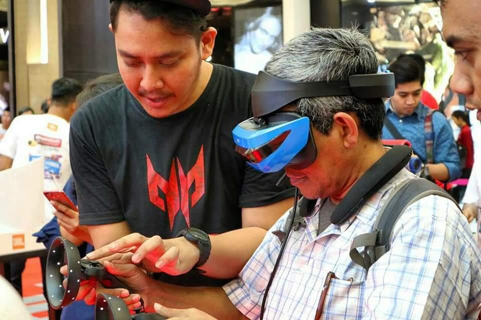 Sempat juga menjajal permainan game melalui peralatan VR Gaming (foto : Dede Ariyanto)