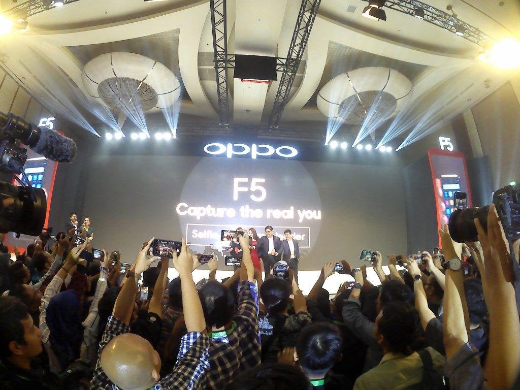 Suasana launching OPPO F5 menggunakan Brica B-PRO5 Alpha Edition (foto: Nur Terbit)