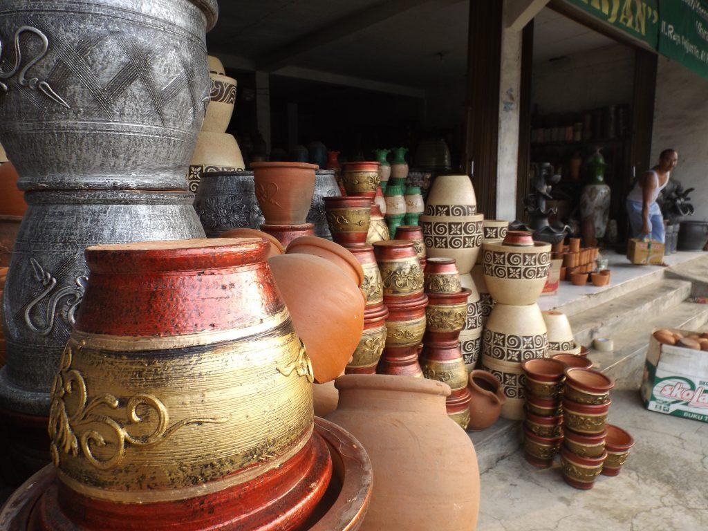 Berbagai jenis keramik produksi Plered, Kabupaten Purwakarta, Provinsi Jawa Barat (foto : Nur Terbit)