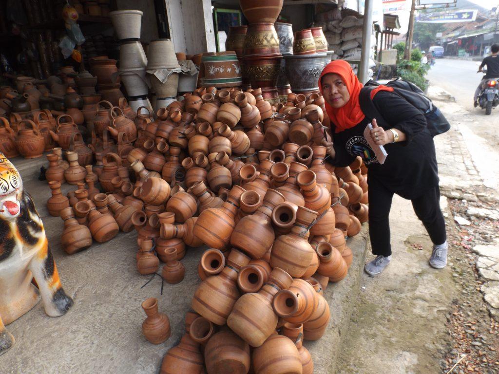 Deretan keramik yang dipajang di sebuah toko di tepi jalan Plered, Purwakarta (foto Nur Terbit)