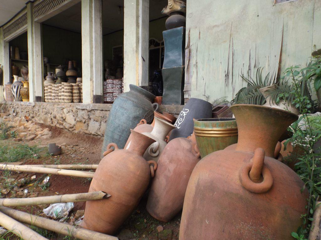 Keramik yang masih digeletakkan di halaman, menunggu proses pengolahan dari perajinnya (foto Nur Terbit)