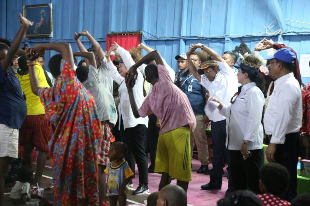 KAUM WANITA SUKU ASMAT sedang dilatih senam oleh Puan Maharani, Menko Bidang Pembangunan Manusia dan Kebudayaan dan Menteri Sosial Idrus Marham saat berkunjung ke kampung Asmat, Papua beberapa waktu lalu (foto Humas Kemensos)