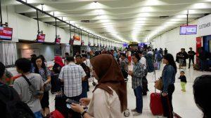 Antre cek in di Bandara Soekarno Hatta Jakarta (foto Nur Terbit)