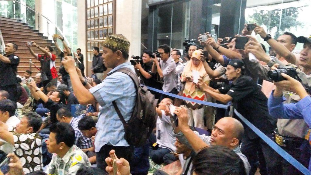 Wartawan, Blogger dan Netizen berbaur jadi satu (foto Nur Terbit)