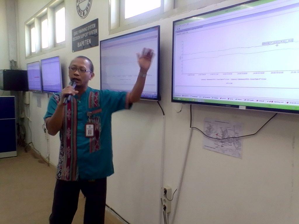Abdul Qohhar, Kepala Humas Badan Pengawas Tenaga Nuklir (BAPETEN) saat memberi penjelasan (foto Nur Terbit)
