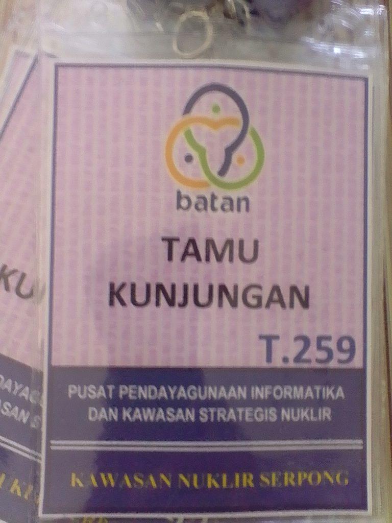 Tanda pengenal tamu (foto : Nur Terbit)