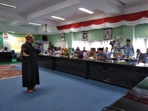 Agus Snada, menyanyikan lagu nasyid di acara pertemuan ini (foto Nur Terbit)