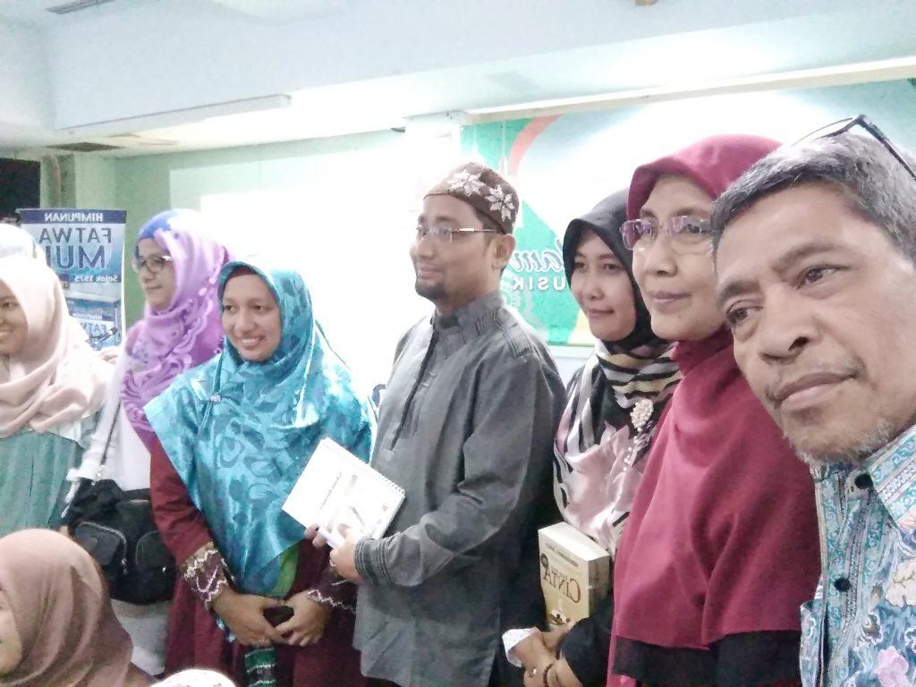 Kang Abik di antara peserta pertemuan dari komunitas blogger (foto Nur Terbit)