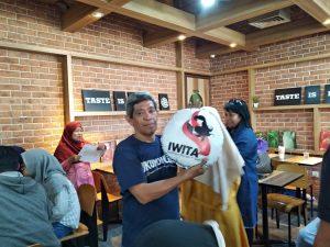 Dapat hadiah bantal unik dari IWITA juara lomba livetwit (Twitter) foto dok IWITA.