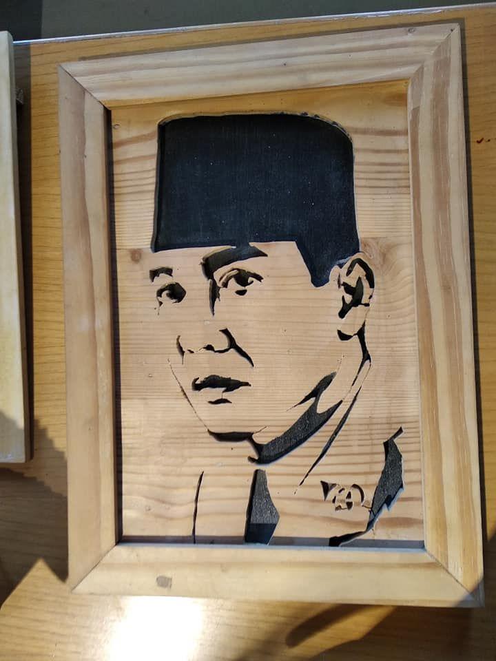 Bingkai foto dan gambar Bung Karno, hasil kerajinan tangan yang terbuat dari bahan kayu dari hutan (foto :Nur Terbit)
