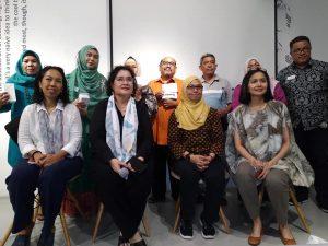 Blogger yang terpilih dan mendapat hadiah dari panitia karena mengajukan pertanyaan, bergambar bersama para narasumber (foto dok YDS)