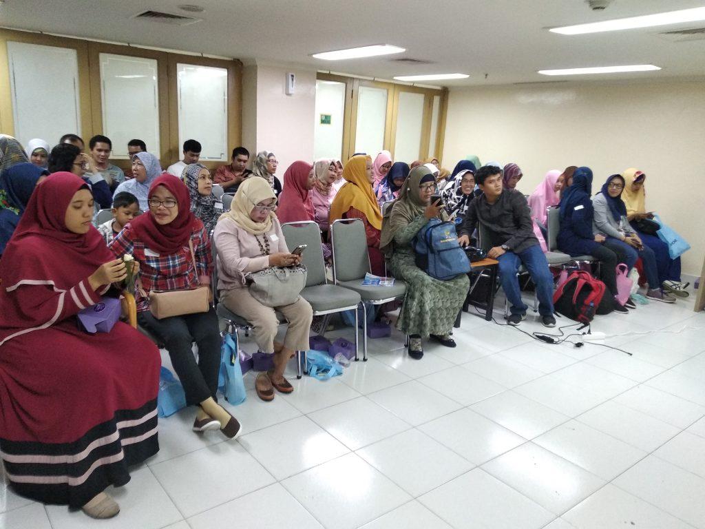Anggota Komunitas Blogger TDB  yang antusias mengikuti paparan dokter dari Global Estetik (foto : Nur Terbit)