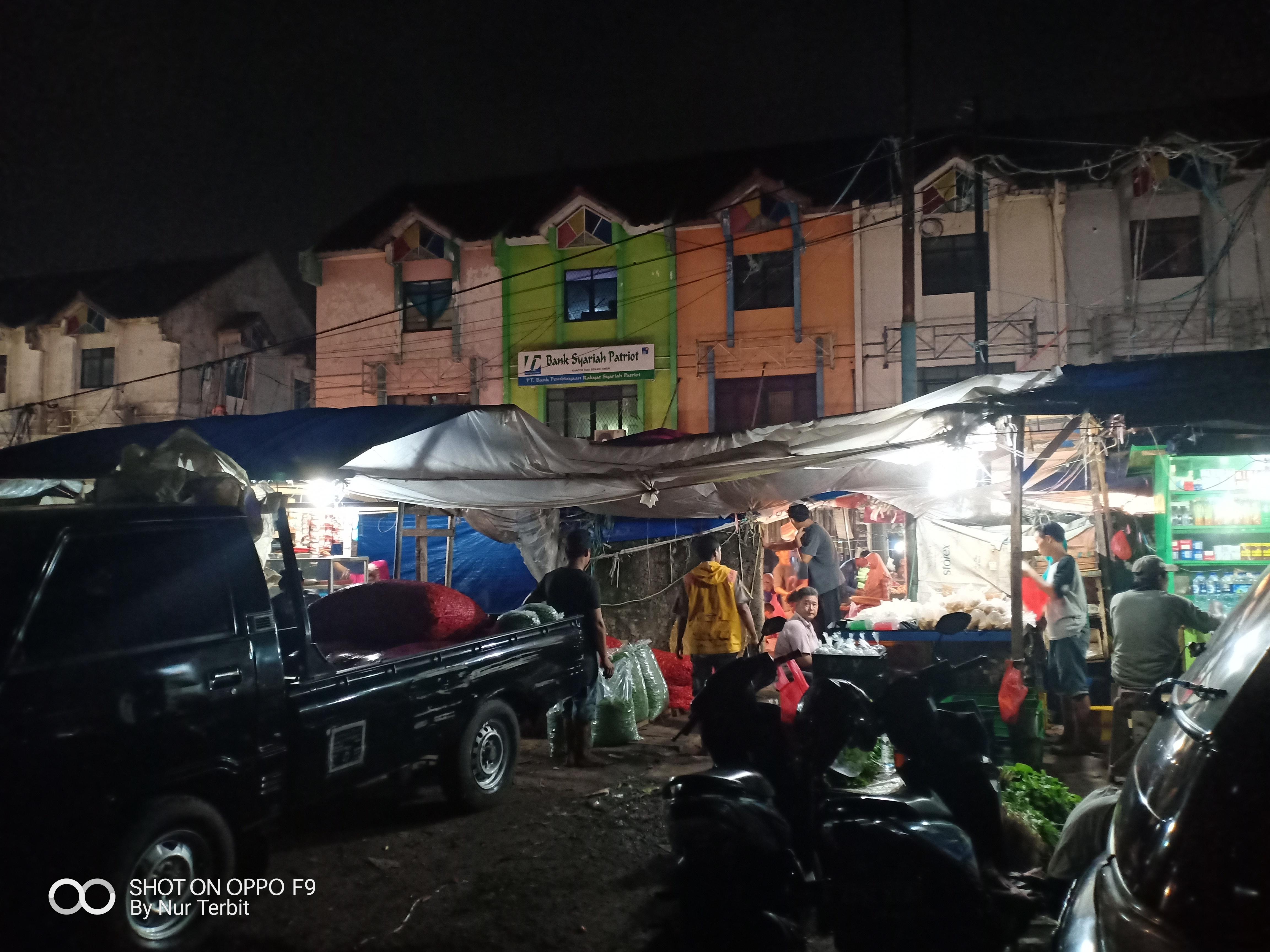 Suasana Pasar Subuh Bekasi (foto Nur Terbit)